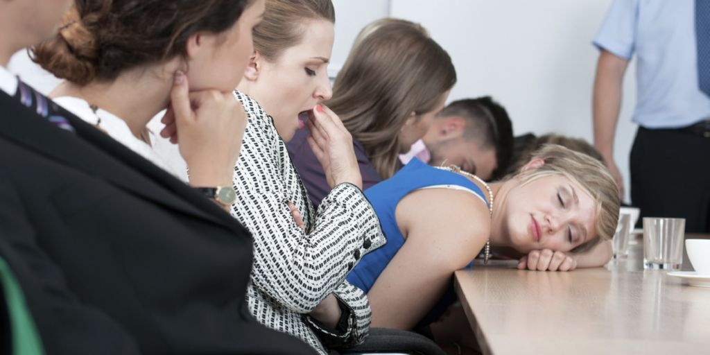 Varios-empleados-de-una-empresa-durmiendo-y-bostezando-aburridos-en-una-reunion